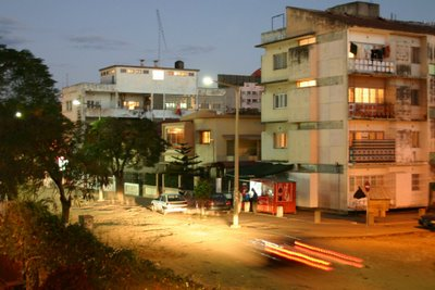 Maputo, avenue Maguaguina, coucher de soleil (c) Yves Traynard 2006