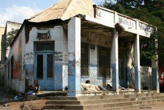 Maputo, Local commercial avenida Trabalaho (c) Yves Traynard 2006