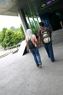 Singapour, MRT Harbour Front, les amoureux (c) Yves Traynard 2007