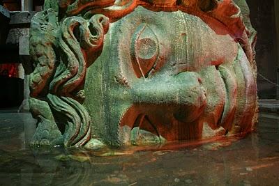 Istanbul, Méduse de la citerne de Yerebatan (c) Yves Traynard 2007