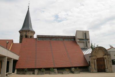 Naussac, l'église dans le nouveau village (c) Yves Traynard 2009