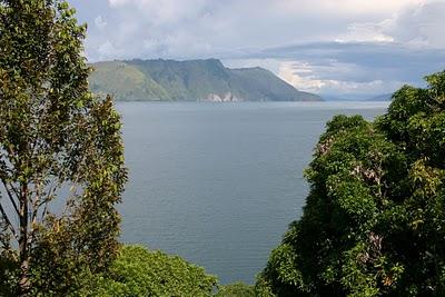 Lac Toba, vue depuis le balcon de la chambre 8 (c) Yves Traynard 2007
