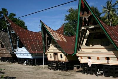 Lac Toba, Maisons bataks (c) Yves Traynard 2007