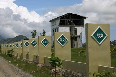 Banda Aceh, Monument commemoratif du tsunami (c) Yves Traynard 2007