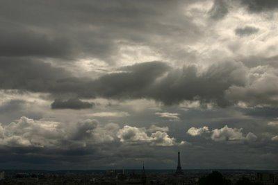 Paris, Parc de Belleville, Ciel d'orage sur la Tour Eiffel (c) Yves Traynard 2006