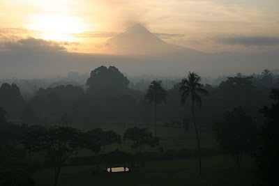 Borobudur, Le Merapi (c) Yves Traynard 2007