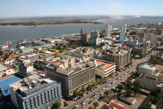 Maputo, Trinta e três andares, la Baixa et l'estuaire (c) Yves Traynard 2006