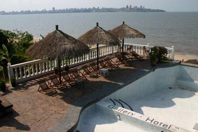 Catembé, Gallery Hotel et Maputo en toile de fond (c) Yves Traynard 2006