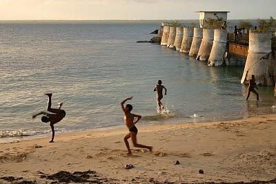 Ilha de Mozambique, Acrobates du couchant (c) Yves Traynard 2006