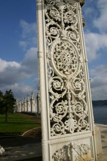 Istanbul, Palais de Dolmabahçe : porte et grilles sur le Bosphore (c) Yves Traynard 2006