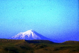 Turquie, Mont-Ararat depuis Dogubeyazit (c) Yves Traynard 1996