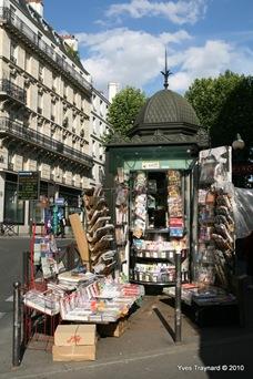 Angle rue des Pyrénées / rue de Belleville : kiosque à jounaux