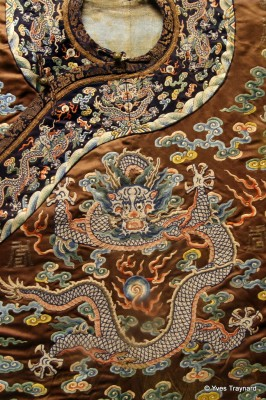 Vêtement d'apparat brodé au motif de dragon   Musée de la Capitale, Pékin, Chine